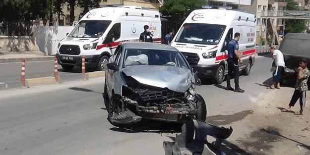 Otomobil minibüse çarptı: Yaralılar var