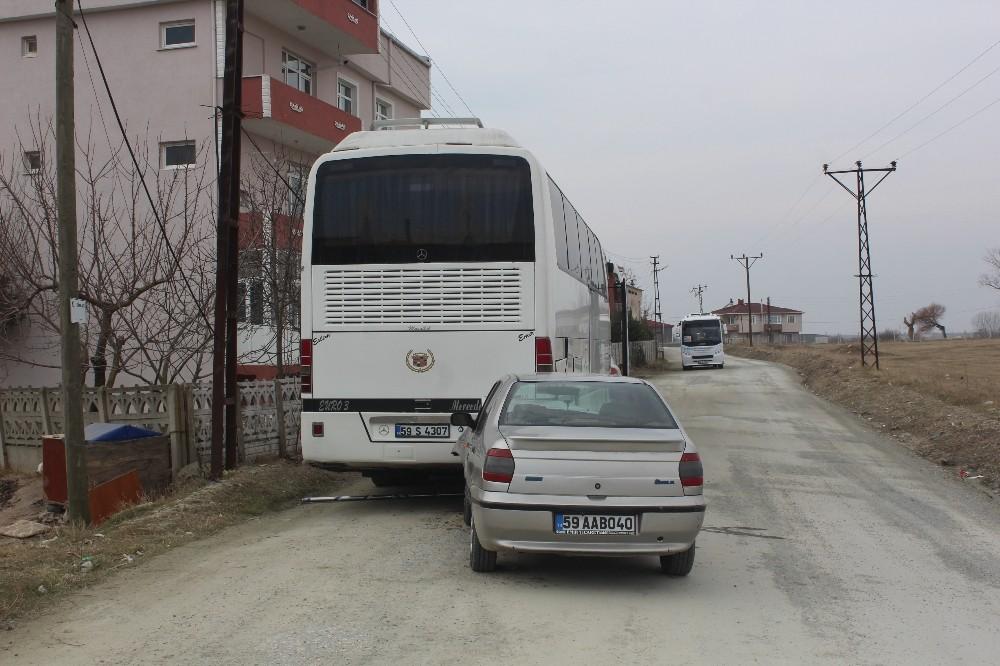 Otomobil park halindeki otobüse çarptı: 1 yaralı