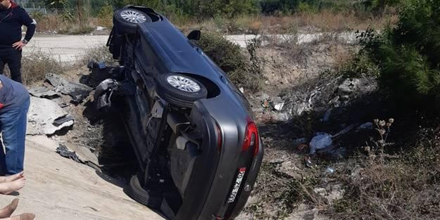 Otomobil su kanalına devrildi: Yaralılar var