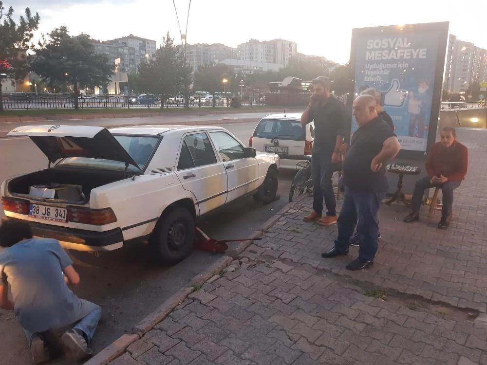 Otomobilin motor kısmına sıkışan kediyi itfaiye ekipleri kurtardı