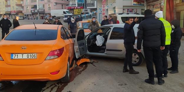 Otomobille taksi çarpıştı: Yaralılar var