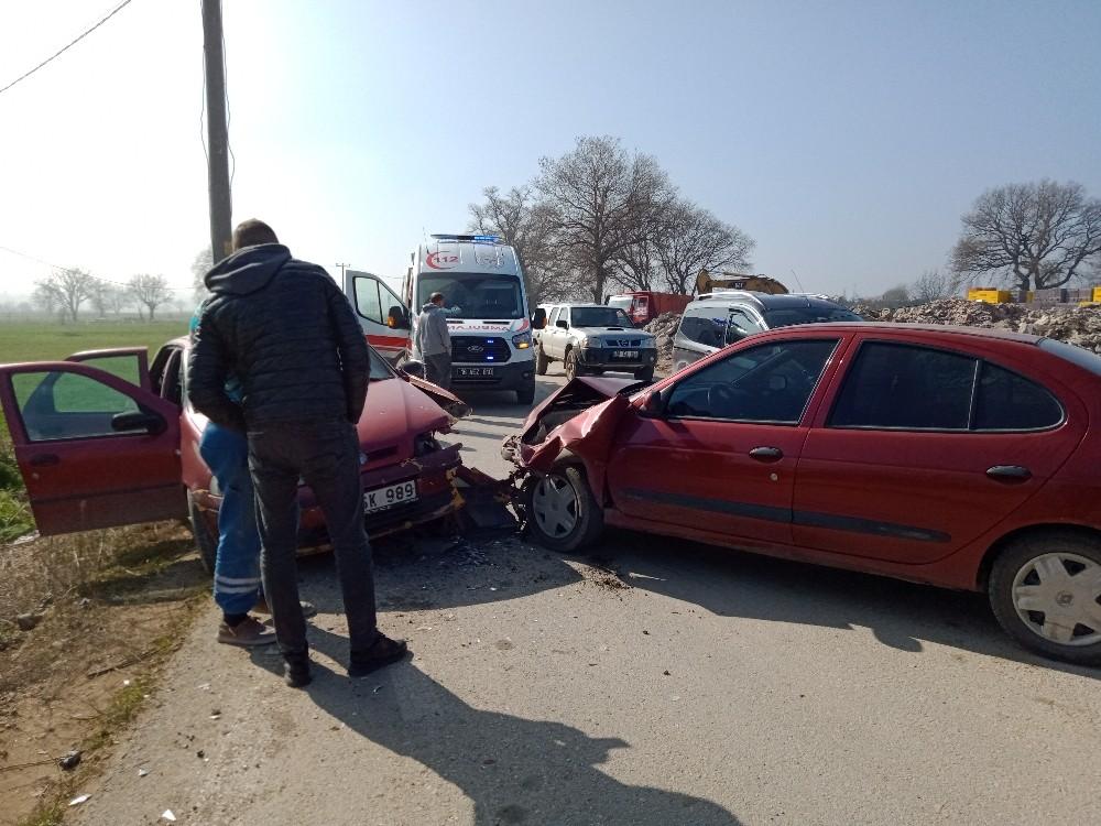Otomobiller kafa kafaya çarpıştı: 3 yaralı