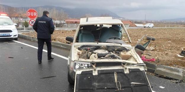 Otomobiller kafa kafaya çarpıştı! 6 yaralı