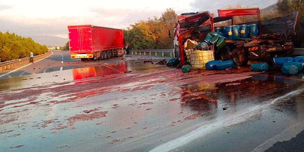 Otoyolda panik! Asit yüklü kamyon kaza yaptı