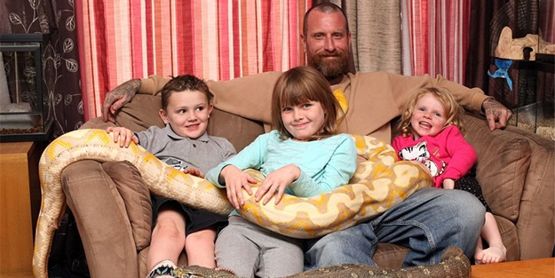 Oyuncak yerine yılanlarla oynuyorlar!