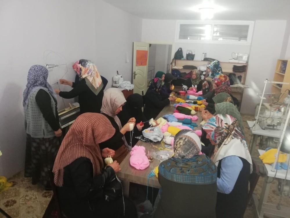 Özalplı kadınlar depremzedeler için örgü örüyor