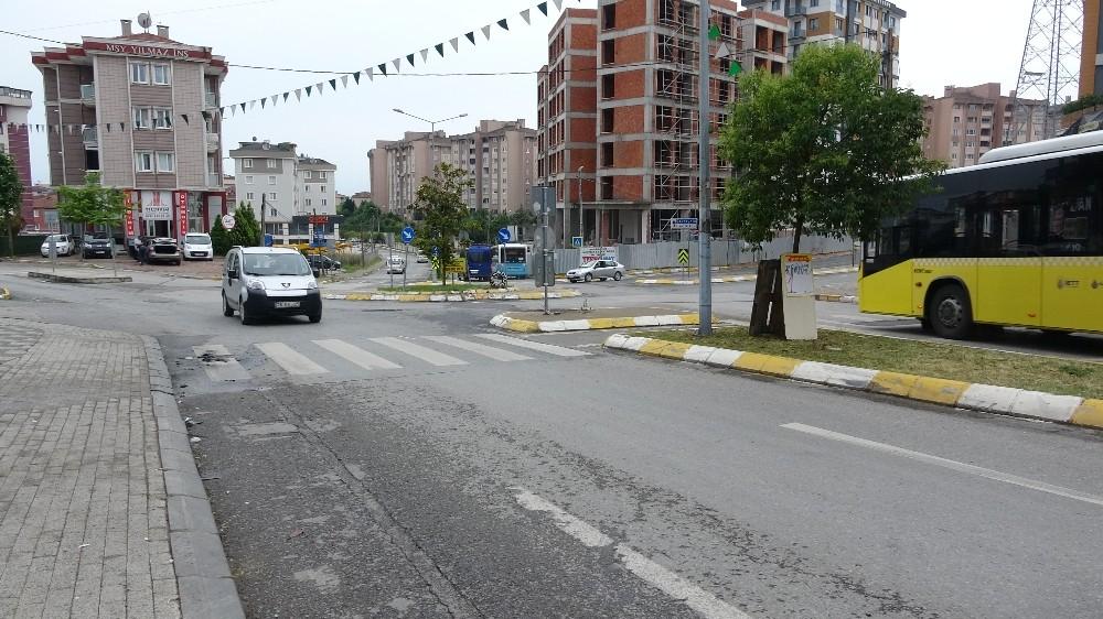 (Özel) Alev alev yanan aracı belediye temizlik ekipleri söndürdü