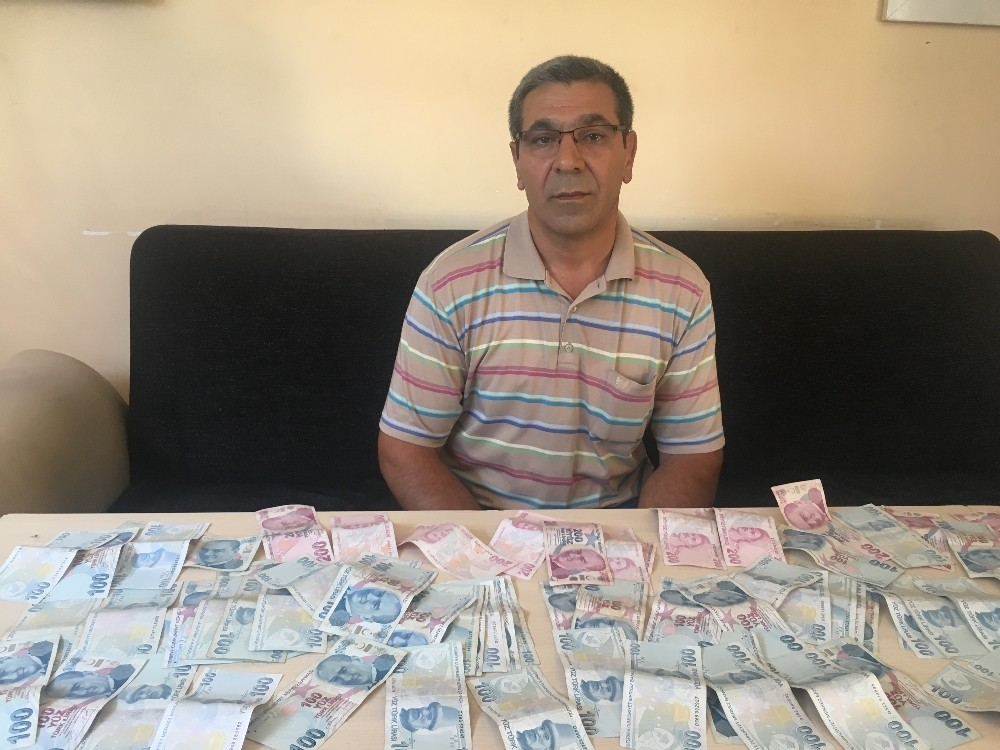 (Özel) ATM'nin para çekme ünitesinde 9 bin 600 lira bulan taksici parayı yetkililere teslim etti