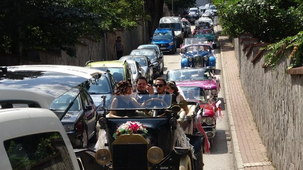 (Özel) Bu düğün konvoyu görenleri şaşkına çevirdi...1915 model gelin arabası