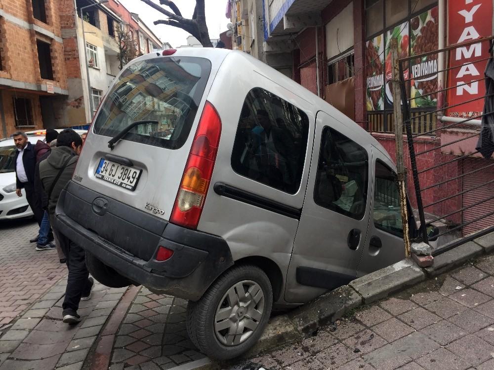 (Özel) Ehliyetsiz sürücü kaldırımda duran çocuğa çarptı