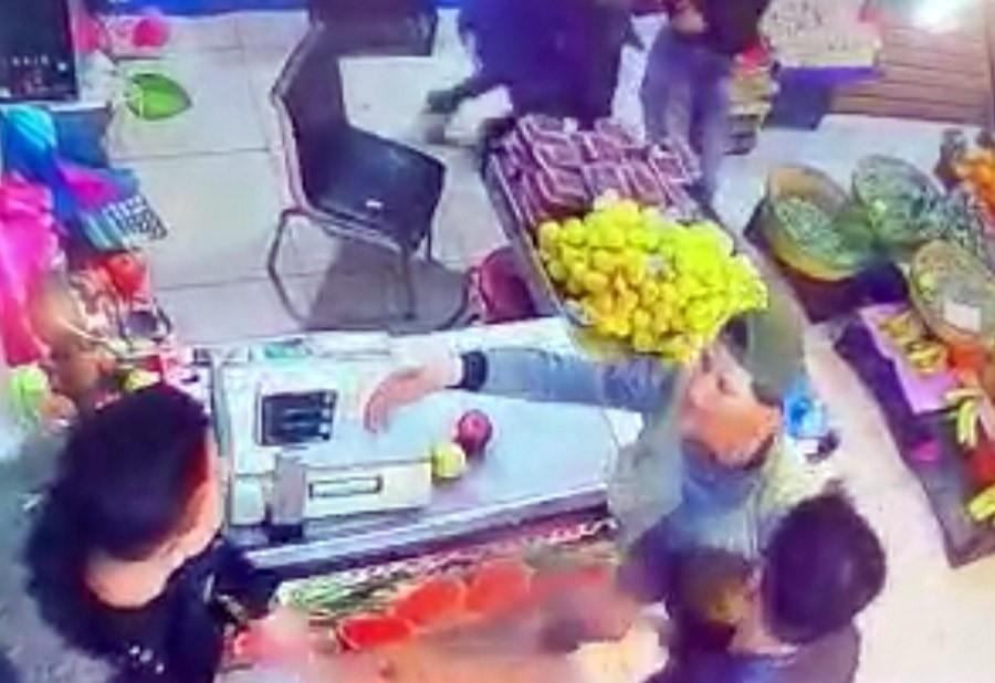 """(ÖZEL) Esenyurt'ta manav dükkanında tekme tokat """"hırsız"""" kavgası kamerada"""