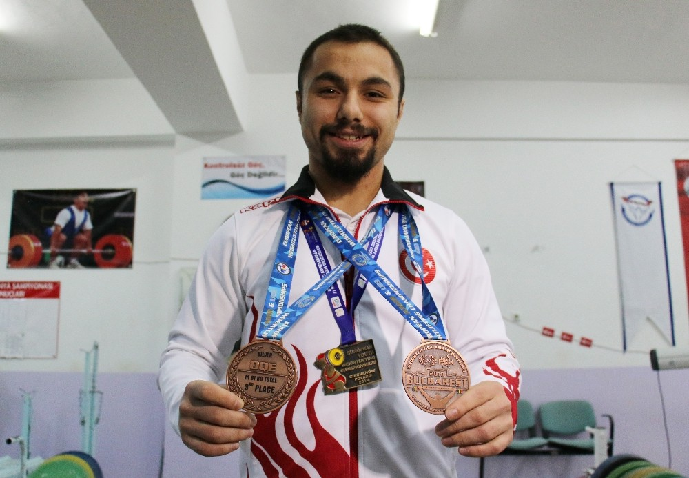 """(Özel Haber) Milli halterci Yiğit: """"2024 Paris Olimpiyatları'nda şampiyon olmak istiyorum"""""""