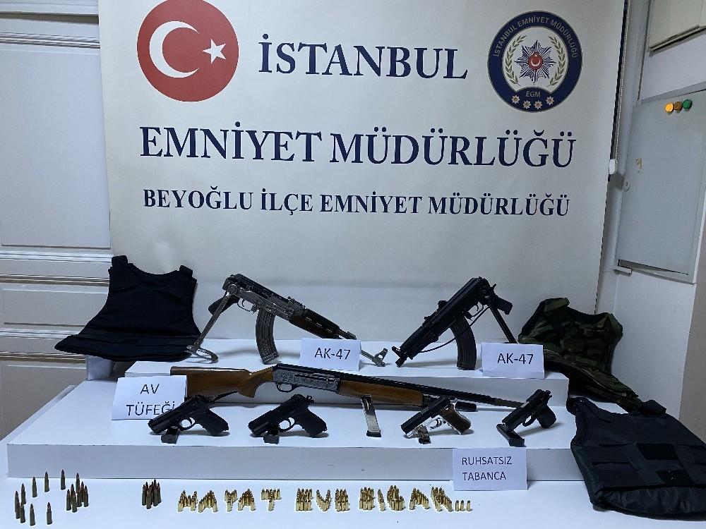 """(Özel) İstanbul Beyoğlu'nda iki grup arasında kalaşnikoflu"""" çatışma: 1 yaralı"""