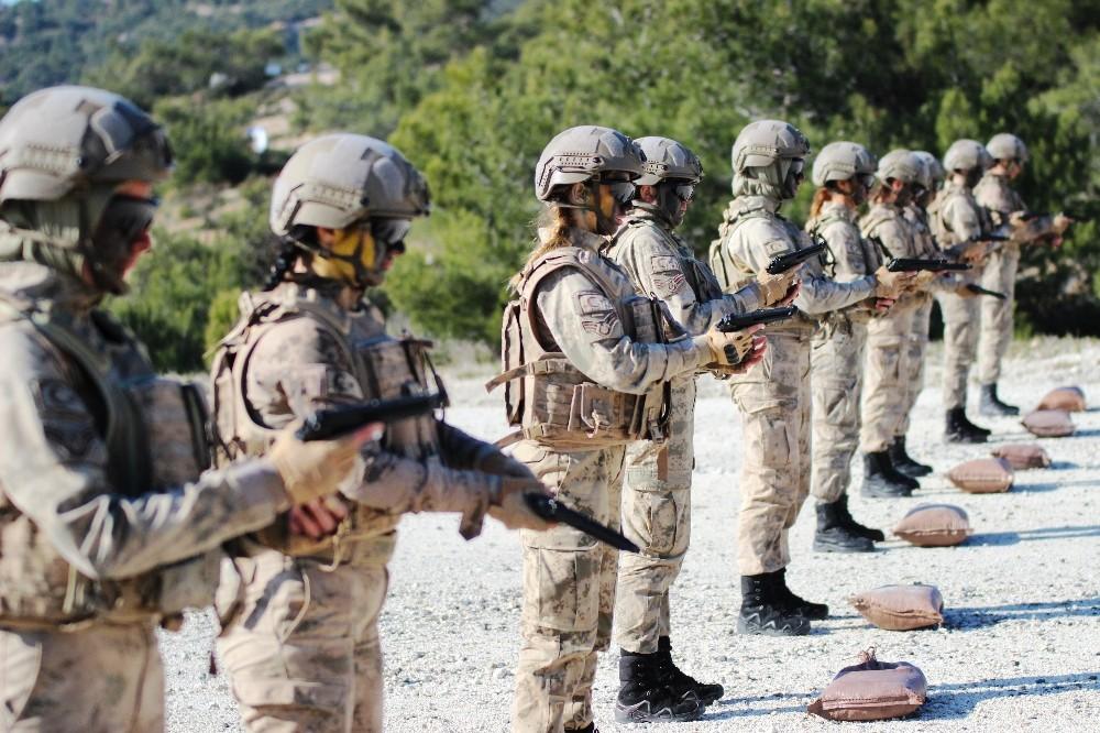 (Özel) İşte Türkiye'nin ilk kadın Jandarma Komando Astsubayları
