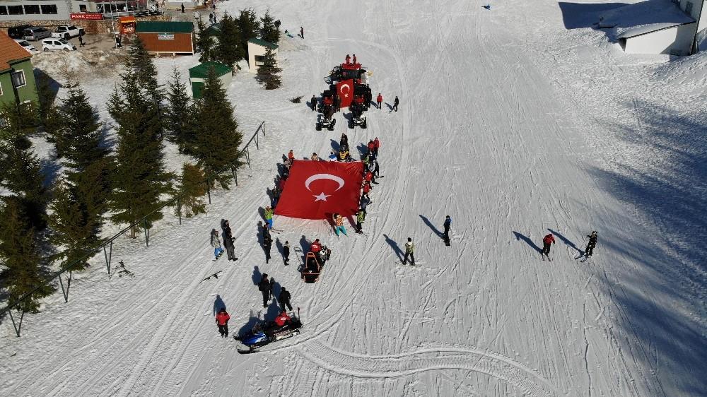 (Özel) Kayak tutkunları İdlib için dev Türk bayrağıyla kaydı