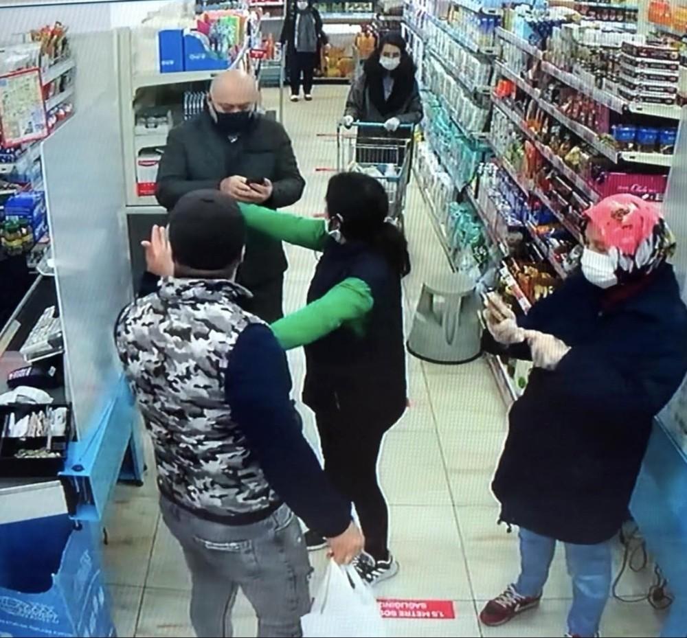 (ÖZEL) Maskesiz alışveriş yapmak isteyen kişi vatandaşlarla tartıştı