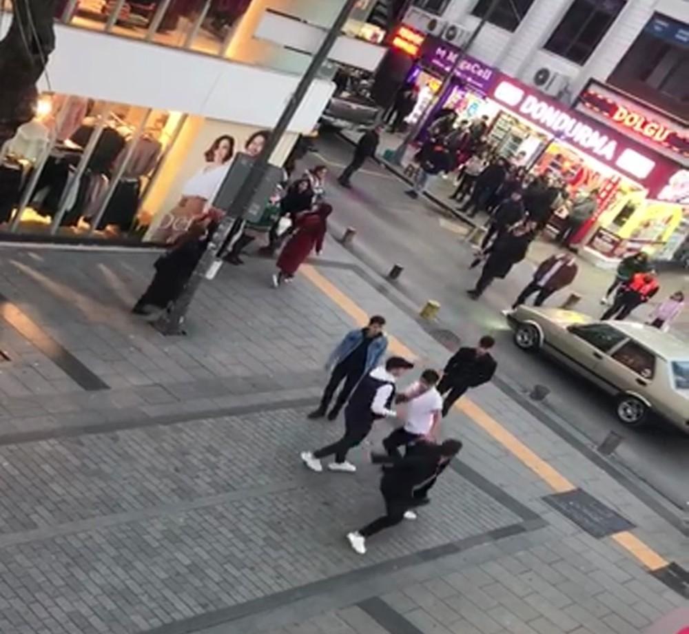(Özel) Pendik'te sokak ortasında tekmeli yumruklu kavga kamerada