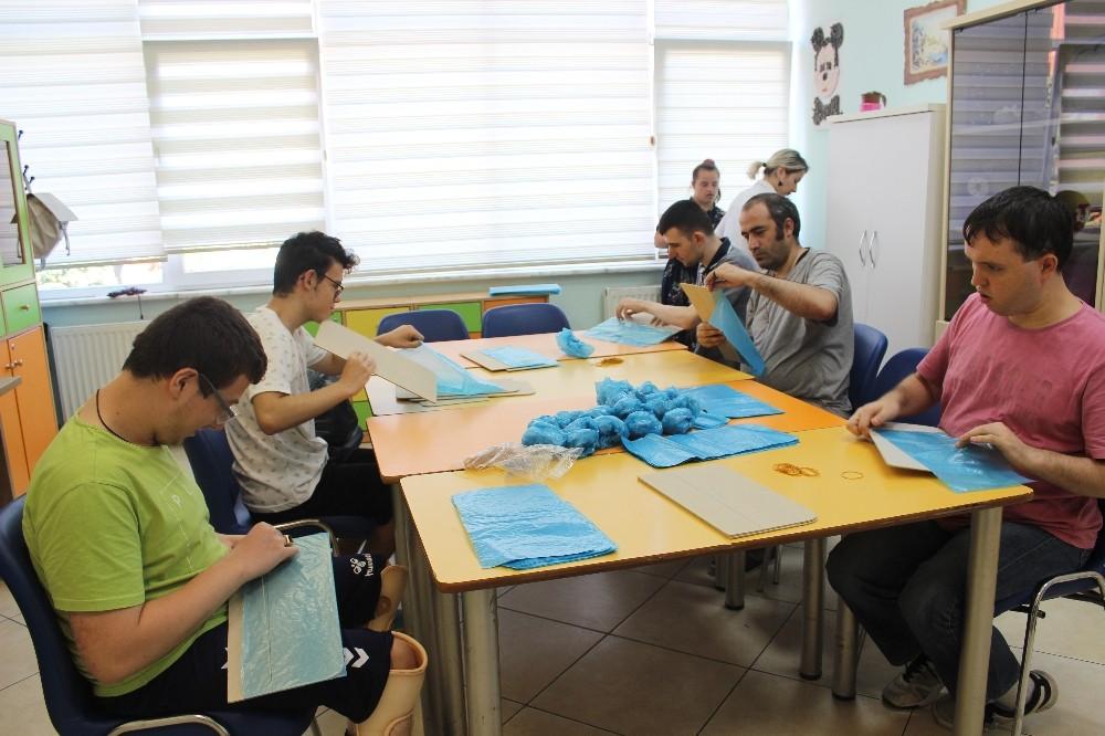 (Özel) Zeytinburnu'nda engelli çocuklar hem üretiyor hem tedavi oluyor