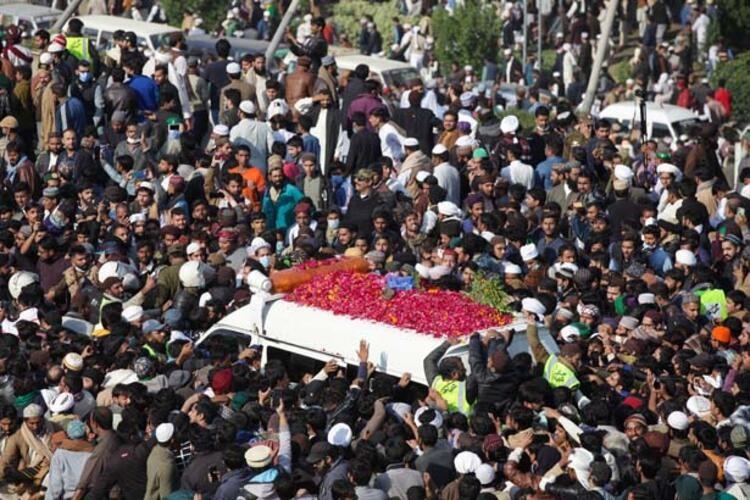 Pakistan'da 200 bin kişilik korona töreni