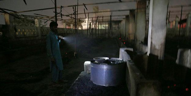 Pakistan'da fırtına felaketi! İnsanlar öldü, hayvanlar yanarak telef oldu