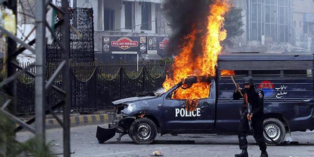 Pakistan'da polise silahlı saldırı: 3 ölü!