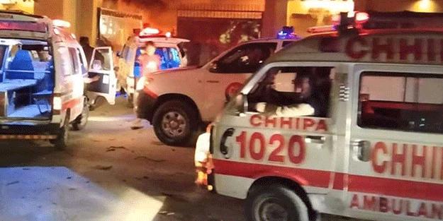 Pakistanlı yetkililere bombalı saldırı! Ölü ve yaralılar var