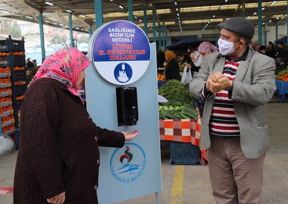 Pamukkale'de pazar yerlerinde seyyar dezenfekte çalışmaları devam ediyor