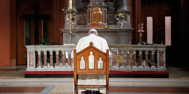 Papa Francis hakkında şok itiraf! 'Rahip olmak isteyenleri soyup taciz ediyordu'