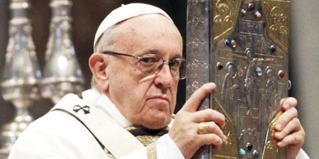 Papa için getirilen heykelleri 'put' diyerek nehre attılar!