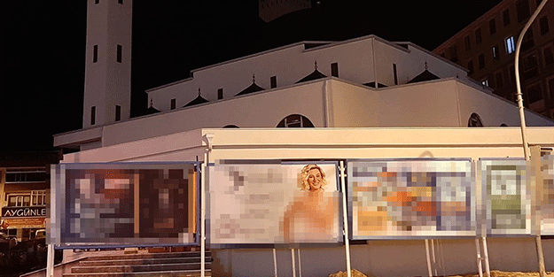 Para hırsı, maneviyattan ağır bastı! Caminin önüne 'yarı çıplak' afiş