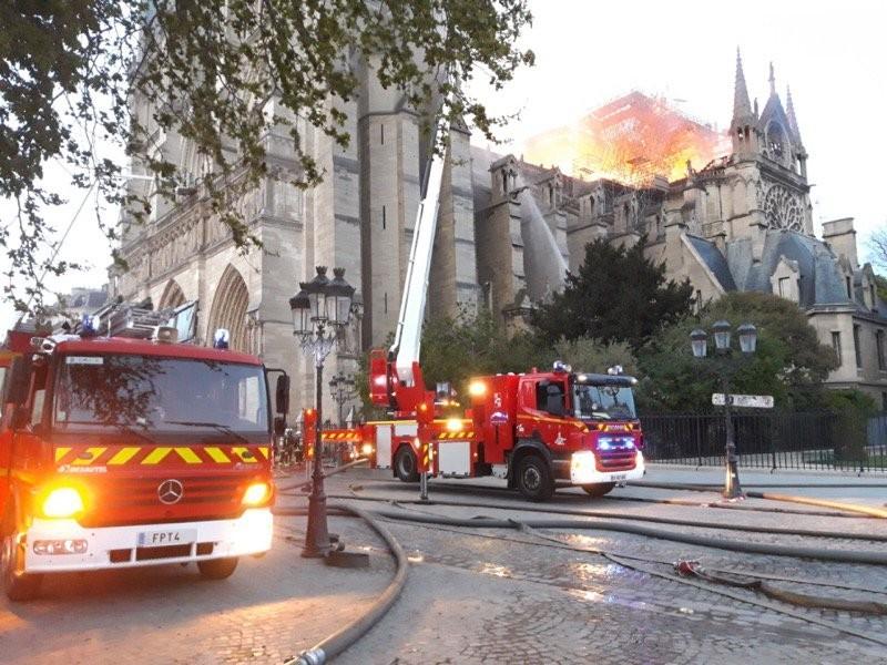 Paris İtfaiyesi Notre Dame Katedrali'ndeki yangına müdahale anlarını paylaştı
