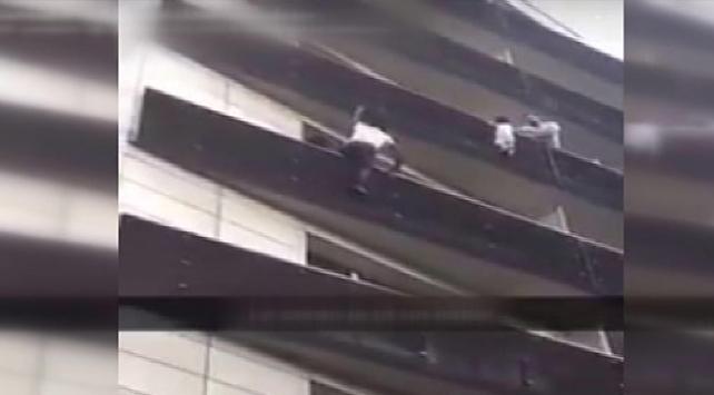 Balkondan Sarkan Çocuğu 4. Kata Tırmanıp Kurtardı (VİDEO)