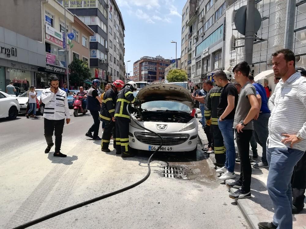 Park halindeki otomobili kül olmaktan itfaiye kurtardı