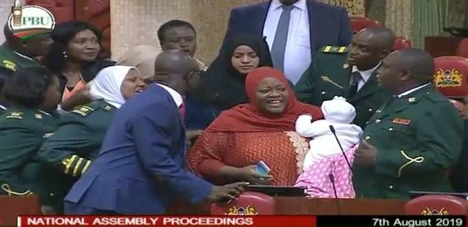 Parlamentoya bebeğiyle gelen milletvekili dışarı çıkarıldı