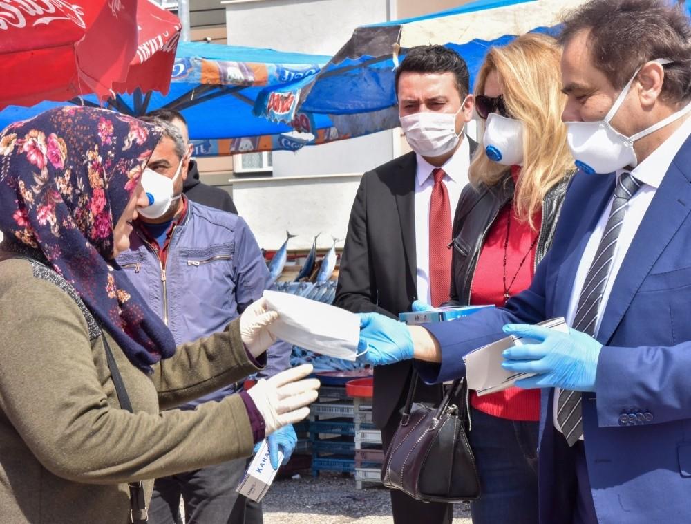 Pazarcı esnafı ile vatandaşlara maske dağıtıldı