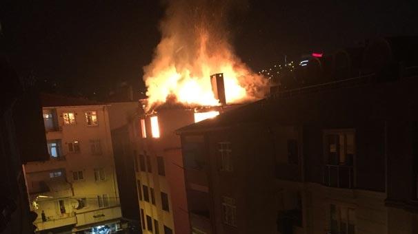 Pendik'te 4 katlı metruk bina alev alev yandı