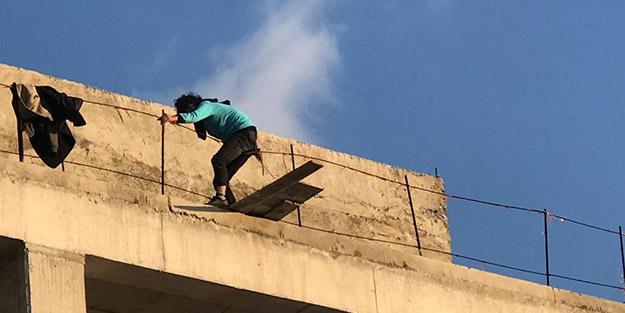 Pes dedirten görüntüler! Binanın dördüncü katına çıkan adamı gülerek izlediler