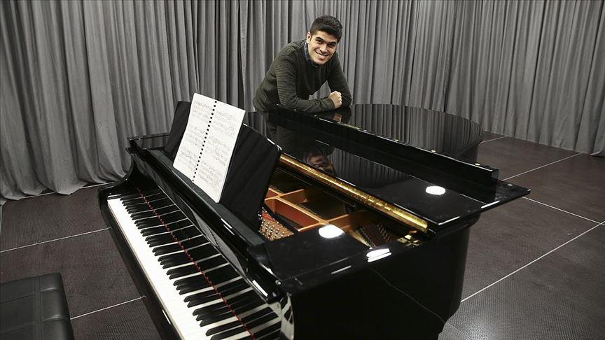 Piyanonun muhteşem yeteneği Buğra Türkiye'nin ilk otizmli akademisyen adayı