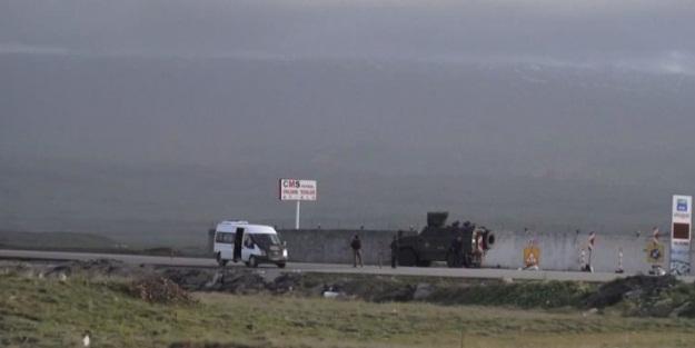 PKK'lı teröristler yol kesip araç yaktı