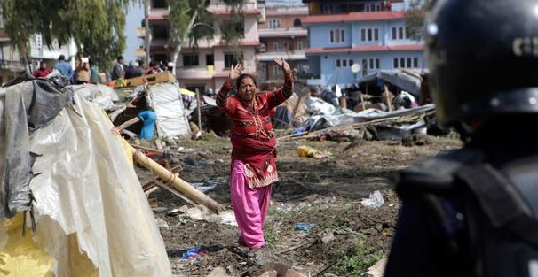 Polis Depremzedelerin kampını yerle bir etti! 20 bin kişi sokakta kaldı