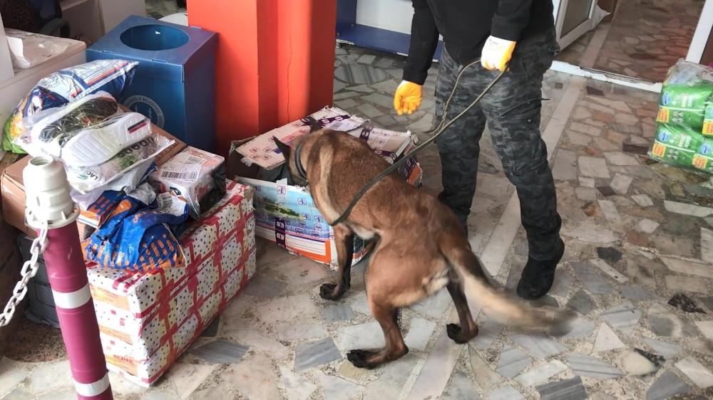 Polis kargocu kılığına girdi, gıda kolisinde 3 kilo eroin ele geçirildi