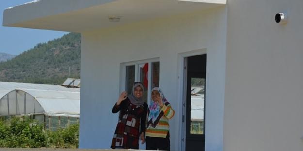 Polis ve askere 1 lirasını bağışladı, yeni evine kavuştu