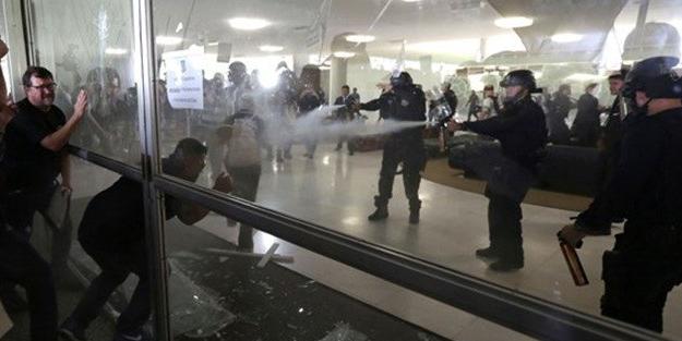 Polislerden polislere biber gazı