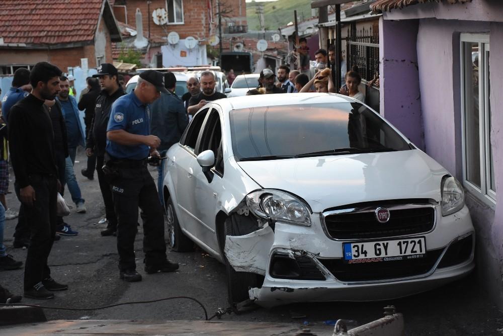 Polislere çarparak yaralayan sürücü vurularak durduruldu