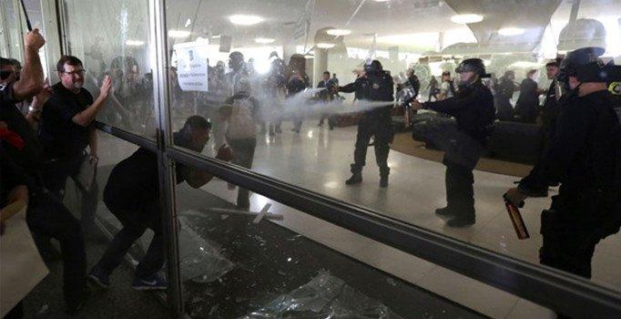 Polislerin protestosuna polis müdahalesi