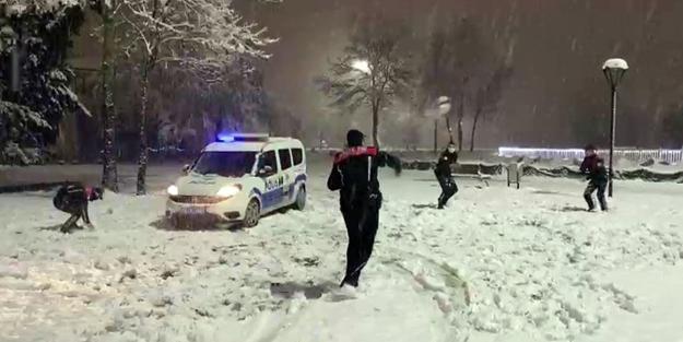 Polislerin yoğun mesaisine eğlenceli 'kar' molası