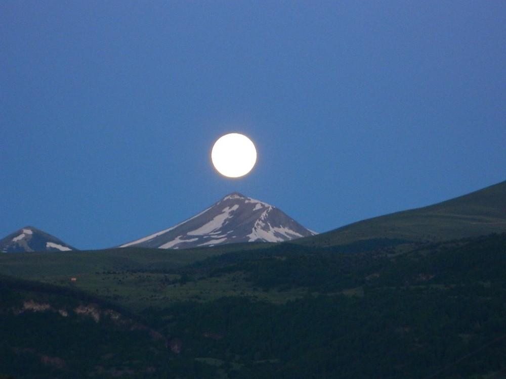 Posof'ta ay ışığında Arsiyan Dağı
