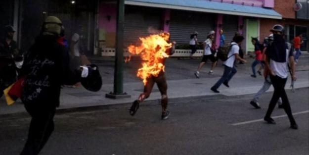 Protestocular genç adamı ateşe verdi...