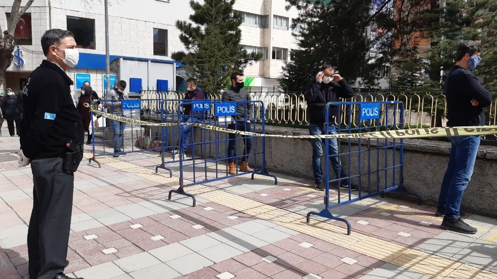 PTT ve kamu bankalarda sıra bekleyenlerin arasına bariyer konuldu