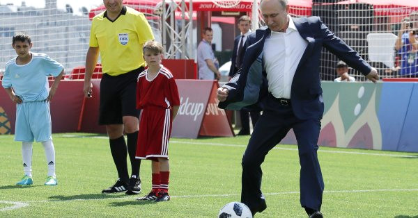 Sahaya inen Putin, Casillas'a şut çekti